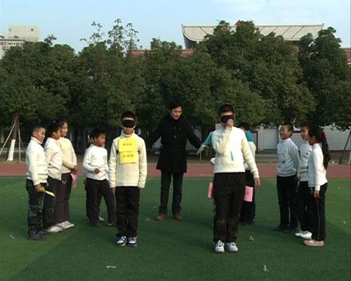江苏省京剧院演员李舒带领百家湖小学的同学们做抢彩旗游戏