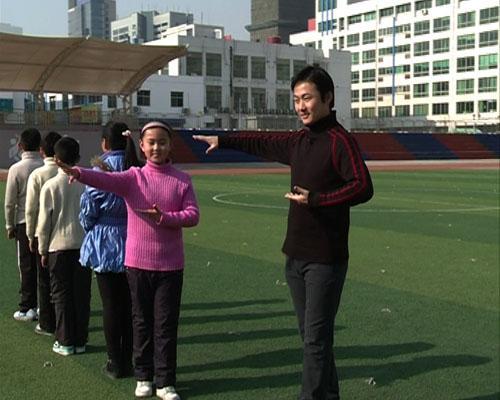 江苏省京剧院演员李舒教百家湖小学的同学们京剧的起霸动作