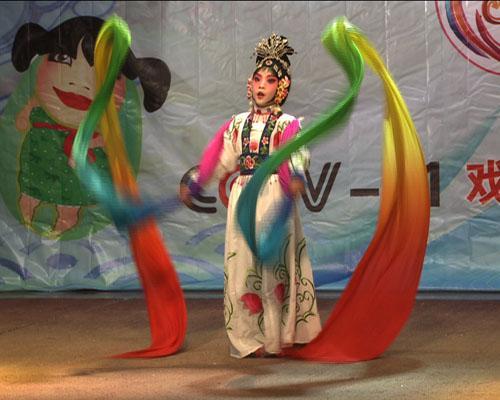 南京市百家湖小学的刘宇清同学在表演《天女散花》