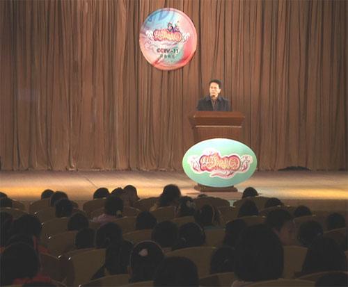 京剧名家张建强在为南京市百家湖小学的同学们讲述京剧杨派老生的知识