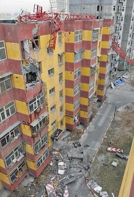 乌鲁木齐一工地60米高塔吊倒塌砸中居民楼;; 海南海口一工地塔吊倒塌3