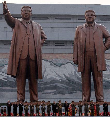 金日成与金正日(右)铜像