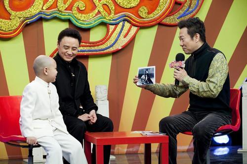嘉宾周龙与主持人赵保乐、小同学杨宇喆共同话说京剧中的武戏剧目