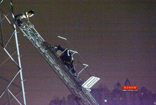 男子番禺爬电塔向天抛衣服