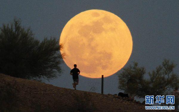 """""""天上圆月高悬,地上万家灯火,此情此景,令人心旷神怡,浮想联翩."""