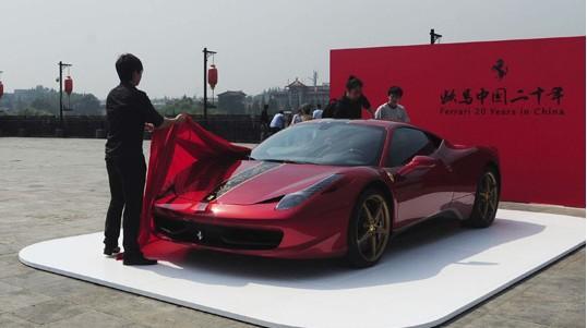 5月7日中午,南京中华门城堡上布置的一辆法拉利汽车 中新社...