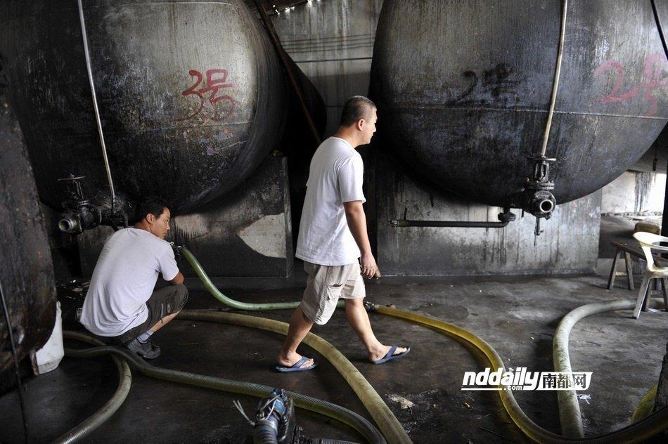 该店老板称很多油桶都是从废弃店内回收来的