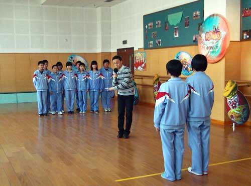 """嘉宾徐孟珂带领学生在""""快乐面对面""""环节玩游戏""""选向快跑"""""""