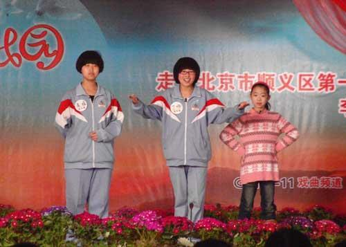 """丁响、高媛、林菁菁在""""快乐我登台""""中表演京剧《沙家浜》选段""""智斗"""""""