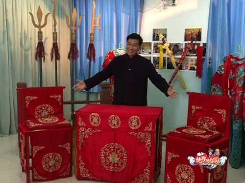 """嘉宾朱宝光在""""快乐我知道""""环节中讲解京剧舞台上桌椅的运用"""