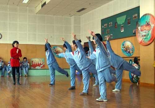 """嘉宾吴昊颐与同学们在""""快乐面对面""""环节中玩游戏""""反应比拼"""""""