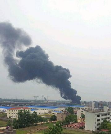 湖北省枝江市仙女镇厂房发生爆炸引发大火,着火厂房浓烟滚滚.