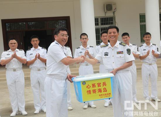 海军总医院专家、医护人员为当地驻军官兵及家属赠药
