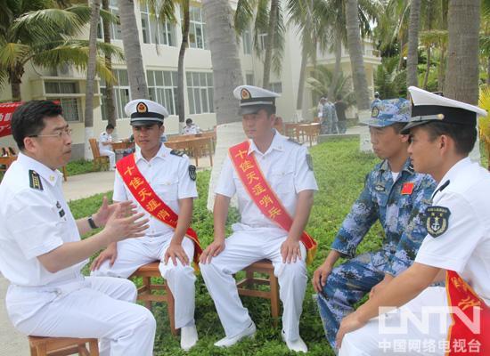 海军总医院副院长孙涛(左一)与当地官兵座谈