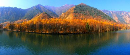 位于门源县浩门镇以东40公里处,是青海省面积最大的原始林区,森林总面积14.8万公顷,植物种类达到900余种,鸟类139种,兽类40余种,鱼类14种,两栖爬行动物15种。园区内自然环境优美,地域空间博大,气候条件独特,雪峰奇异神秘,峡谷深邃幽险,民俗风情古朴奇特,藏传佛教历史悠久,具有极高的审美、探险、科考等价值。