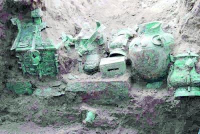 考古现场发现的大量青铜器