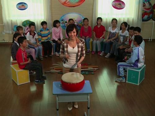 李艳艳老师带领同学们玩击鼓传花的游戏