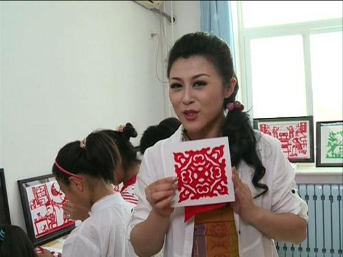 张馨月老师通过剪纸引出戏曲问题