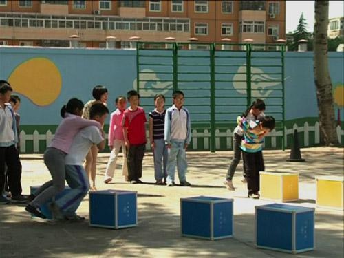 """同学们在李艳艳老师的带领下玩""""五彩缤纷对戏名""""的游戏"""