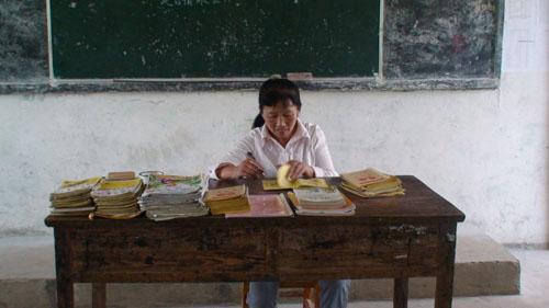 田金梅老师认真批改学生作业