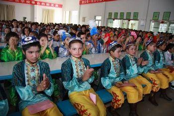 乌鲁木齐市30小学和工读学校学生共同观看文艺节目