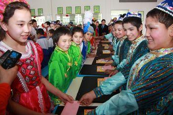 乌鲁木齐市30小学和工读学校学生相互赠送礼物
