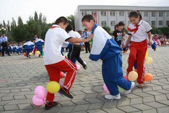 乌鲁木齐市30小学和工读学校学生共同开展游艺活动