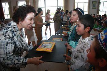 自治区妇联主要领导、全国十大杰出母亲、爱心妈妈代表向工读学校捐赠礼物