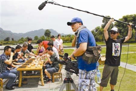 摄制组在武夷山拍摄品茶的镜头