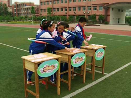 """菏泽市实验小学学生参与""""快乐面对面""""中的游戏""""同舟共济"""""""