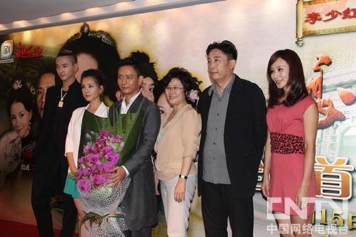 于小彤(左一)及《娘心计》导演、主演们亮相发布会
