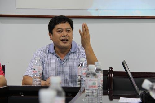 琅琊台副总经理韩建友在座谈会上介绍酒厂情况