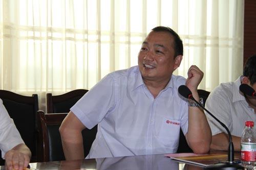 花冠集团酿酒有限公司总经理刘念波与媒体记者座谈