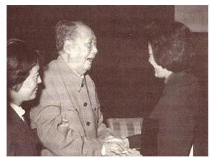 毛泽东建国后的翻译:章含之。图右为章含之。