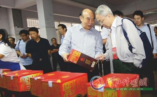 中国工程院院士陈冀胜参观古隆中白酒包装车间本报记者童光大摄