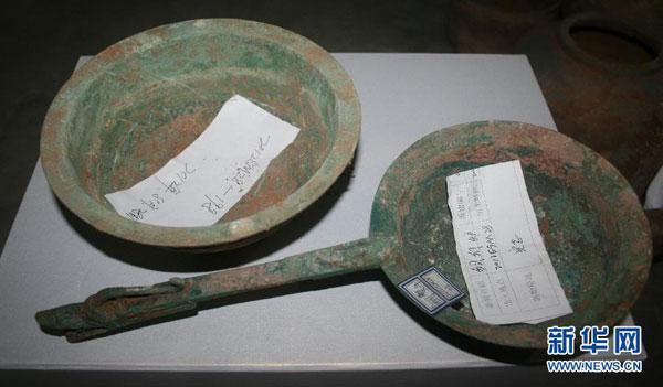 这是河北省磁县古墓群汉代墓葬中出土的精美土龙柄铜熨斗(10月24日摄)。新华社记者曹国厂摄