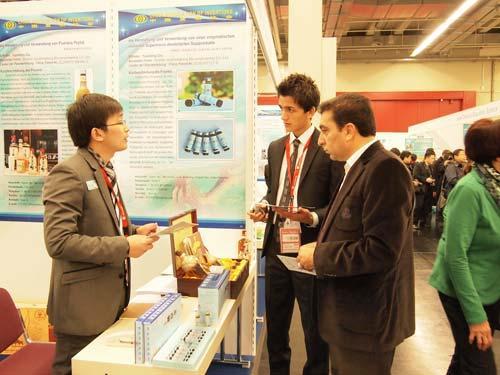 2012纽伦堡国际发明展览会上,参观者驻足询问九生堂多肽发明专利