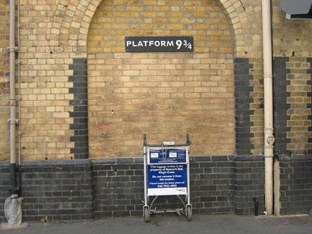 伦敦国王十字车站专门设置了九又四分之三月台景点