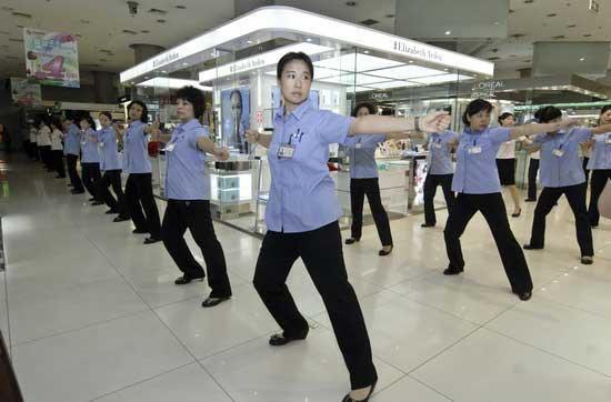 OnAugust9,morethan1,000employeesoftheBeijingXidanShoppingCenterareexercisingtomusicbeforethecenteropens.
