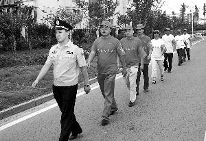 Suqian community police officer is leading public security volunteers to patrol the community, and the volunteers can receive 0.05 points and 5 yuan for every two hours of patrolling.