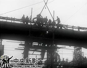 1953年春节,修建炼铁炉的工人们仍然奋战在工地上。