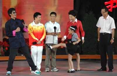 李小龙的扮演者陈国坤来到开学第一课充当武术教练
