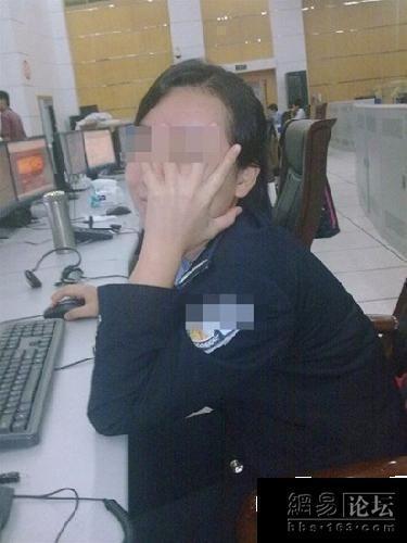 女警察玩手铐-110女接警员如此玩自拍,顺便看看其他警员上班干什么 张涛