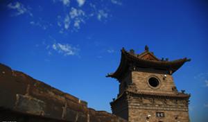 """平遥古城是中国境内保存最为完整的一座古代县城,是中国汉民族城市在明清时期的杰出范例,在中国历史的发展中,为人们展示了一幅非同寻常的文化、社会、经济及宗教发展的完整画卷。<br>平遥旧称""""古陶"""",明朝初年,为防御外族南扰,始建城墙,洪武三年(公元1370年)在旧墙垣基础上重筑扩修,并全面包砖。以后景泰、正德、嘉靖、隆庆和万历各代进行过十次的补修,更新城楼,增设敌台。康熙四十三年(公元1703年)因皇帝西巡路经平遥,而筑了四面大城楼,使城池更加壮观。平遥城墙总周长6163米,墙高约12米,把面积约2.25平方公里的平遥县城一隔为两个风格迥异的世界。城墙以内街道、铺面、市楼保留明清形制;城墙以外称新城。这是一座古代与现代建筑各成一体、交相辉映、令人遐思不已的佳地。 2009年,平遥古城荣膺世界纪录协会中国现存最完整的古代县城,再获殊荣。"""