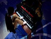 用脚弹钢琴<br><br>