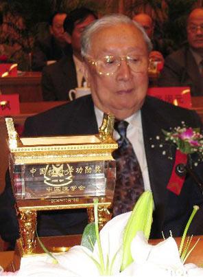<br>  半个多世纪以来,他以精湛的医术,高尚的医德医风,杰出的学术成就享誉国内外。作为中国泌尿外科开拓者之一,他在泌尿外科、男子计划生育等方面均有突出贡献。