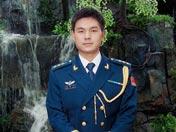 一身空军蓝,更显得冯思广的阳刚帅气