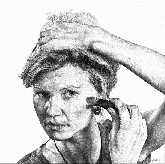 "Heikki Leis,1973年生于爱沙尼亚的塔尔图市,毕业于塔尔图艺术语法学校,此后在1991年在塔尔图艺术学校学习石工和雕塑。2000年时开始自由艺术家生涯,创作了许多夸张的现实主义素描画和雕塑作品。自2004年开始,他还爱上了摄影,并参加了一些展览。以下作品均出自他""Everyday Reflections""系列作品。"