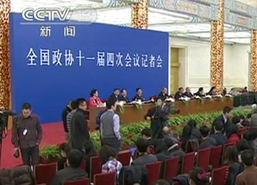 委员在记者会上讨论抑制通胀问题