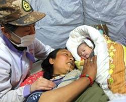 在兰州军区第四医院在玉树结古镇设置的医疗帐篷中,22岁的尕永顺利产下一名女婴。经中国国际救援队医护人员的检查,母女二人身体状况良好。